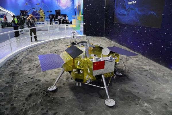 中国珠海一场展览上,一个嫦娥四号探测器模型。