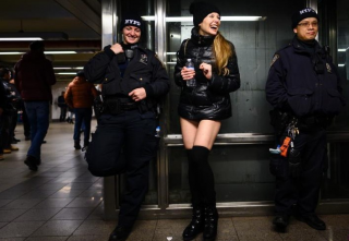 又到一年地铁无裤日 到处都是大白腿