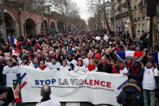 """受够了""""黄背心"""" 法国万名""""红围巾""""走上巴黎街头反暴力"""