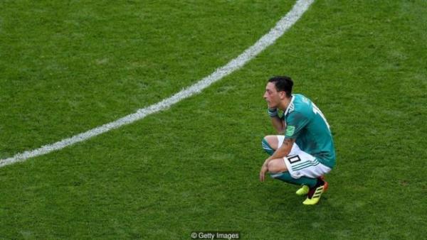 球星厄齐尔在世界杯失利后离开了国家队,他指责队员和球迷搞种族歧视