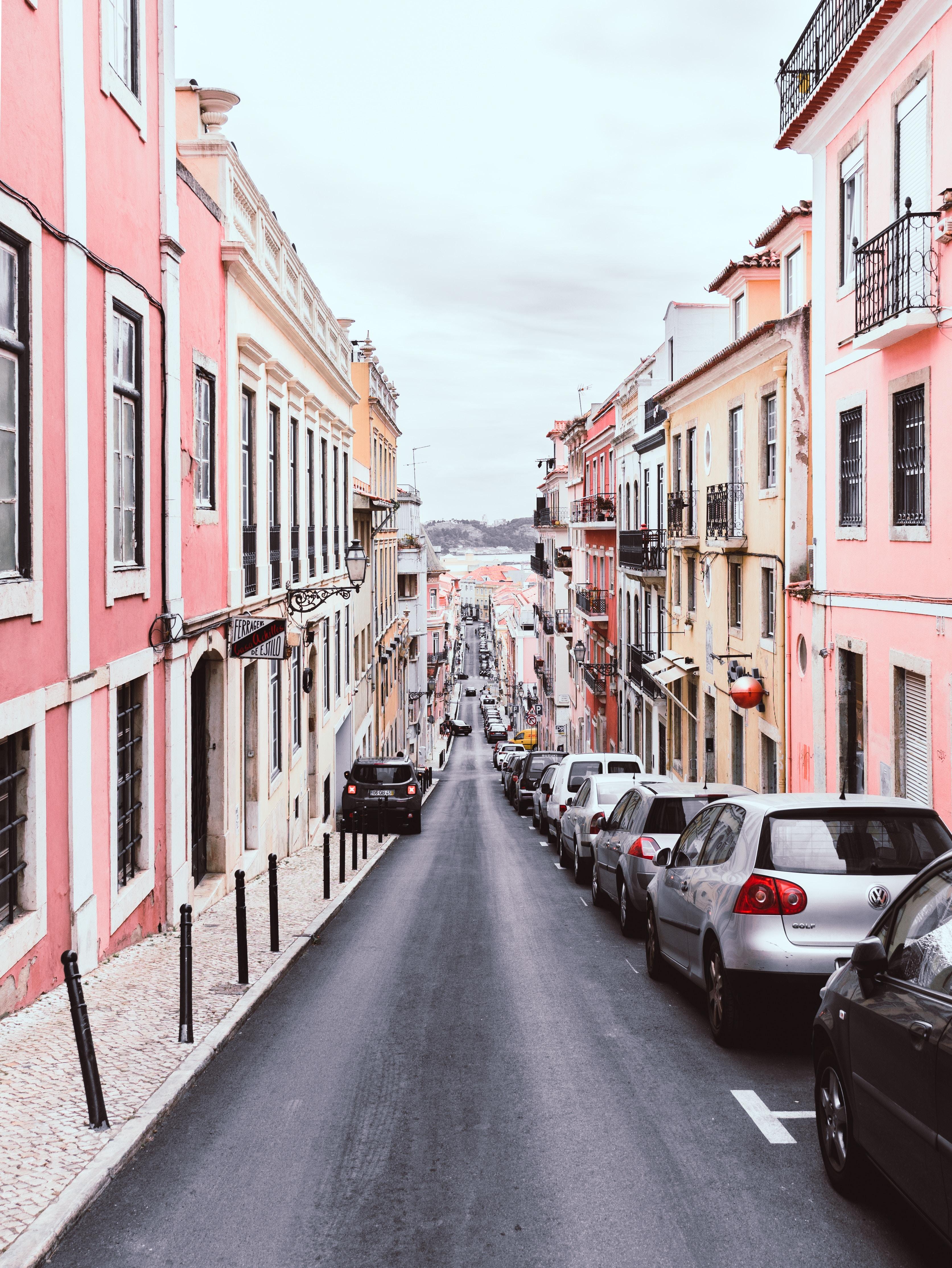 粉色墙体,笔直街道