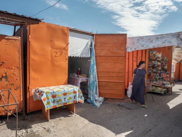 扎尔肯特的中心市场。用拆开了的集装箱构成的小通道。