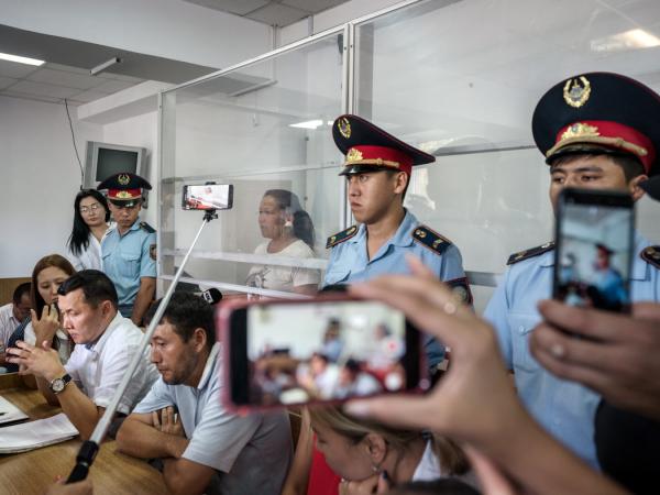 对塞拉古·萨于特贝(玻璃后者)的审判。她是一名出生在中国的哈萨克女子,在逃离新疆后要求在哈萨克斯坦获得政治庇护。