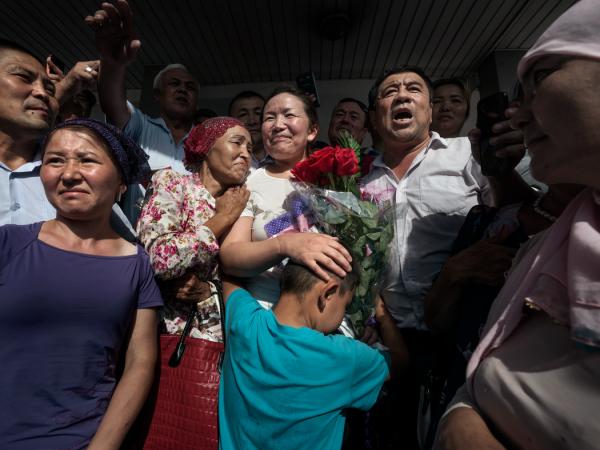 萨于特贝和她的儿子。在法庭意外地宣判其获释后,她的法律地位仍然不确定。