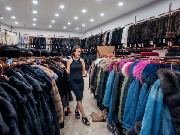 哈萨克斯坦毛皮商和模特占木尔·埃尔肯兹在中国侧的ICBC工作。