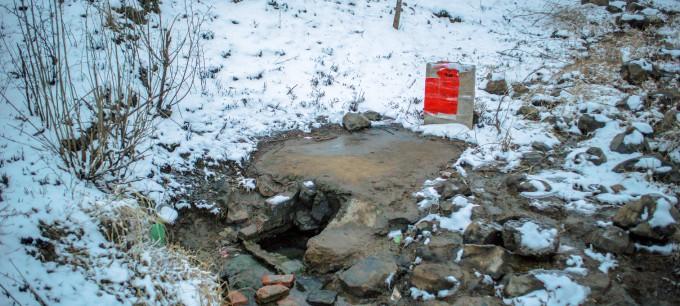 雪景片:吃水莫忘情,护泉水显众思