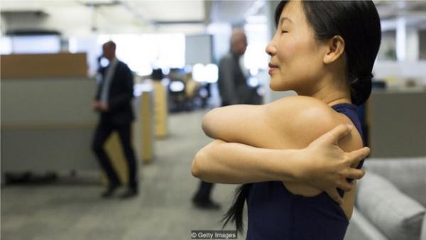 多伦多一名健身教练向办公室职员教授瑜伽技巧 。ages)