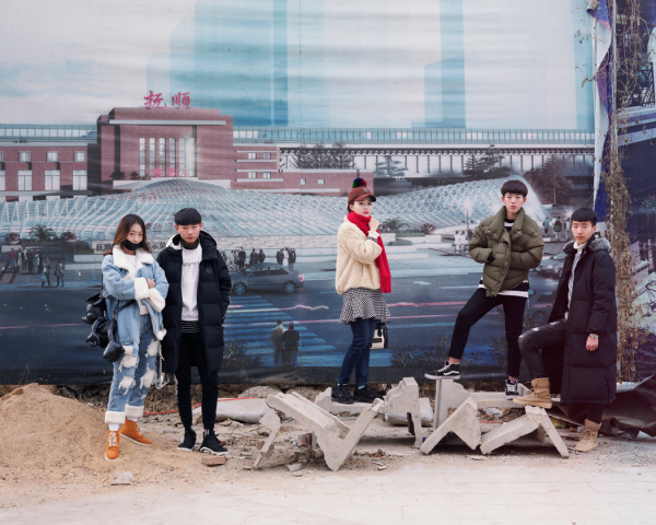 2018年2月,辽宁抚顺,一群即将参加艺考的学生站在宣传海报前。