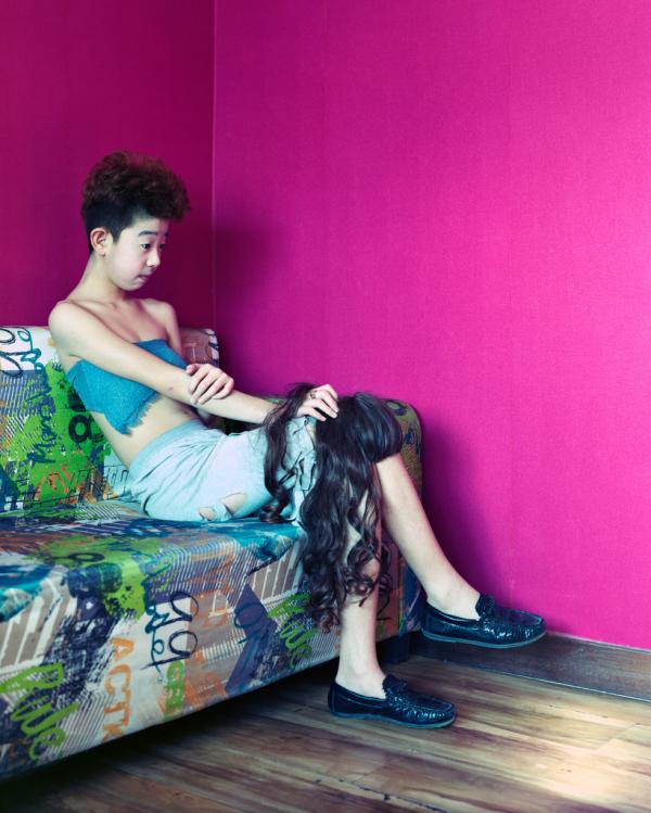 """2017年2月,黑龙江富拉尔基,14岁的林子(音)在一家网红直播表演的咖啡厅。""""我的父母抛弃了我,我通过在直播应用上做变装秀赚钱。"""""""