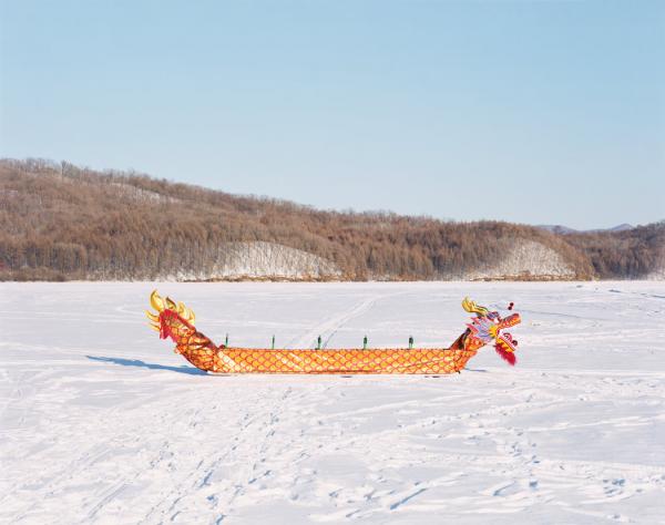 2016年12月,黑龙江伊春,一艘龙舟在结冰的伊春河上。伊春曾被称为中国的林业之都,但如今,伊春市政府希望通过旅游业促进经济发展。