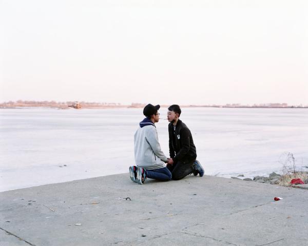 2017年2月,黑龙江富拉尔基,两个初中生在校外学习如何吸烟。这个城市没有高等教育机构,年轻人的前途黯淡。