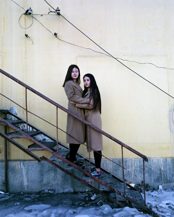 2017年1月,黑龙江富拉尔基,22岁的双胞胎。她们说那年卖衣服赚不到钱,她们原打算搬到浙江去。