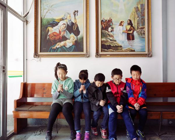 2017年2月,五名朝鲜族儿童在龙井当地教堂祈祷,该教堂位于与朝鲜接壤的地区,是朝鲜族社群的聚居地。