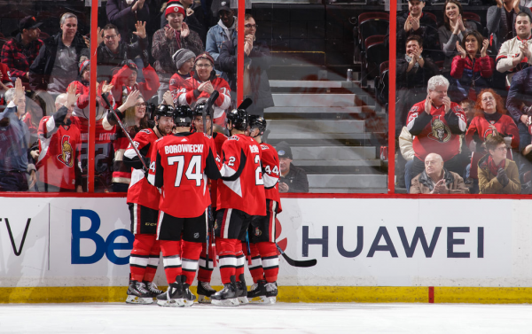 """本月,华为品牌在渥太华参议员队和温尼伯喷气机队之间进行的一场NHL比赛中出现。一位加拿大前驻华大使表示,""""华为在冰球比赛中站在你们这边,这个信息非常精明。"""""""