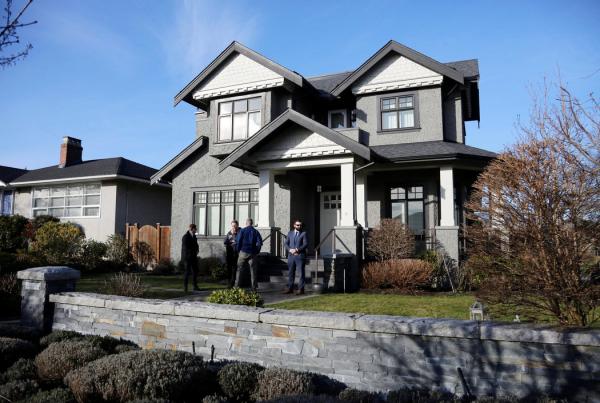 今年1月,孟晚舟位于温哥华的一处住宅外的私人保安公司人员。