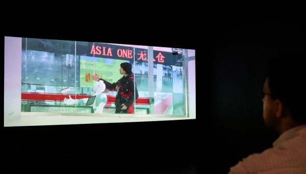 曹斐的视频作品《亚洲一号》(Asia One)是她灯泡厂短片的续集,摄于为一家电商处理订单的巨型仓库。