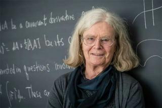 """数学界""""诺奖""""首位女性得主:架起分析、几何和物理的桥梁"""