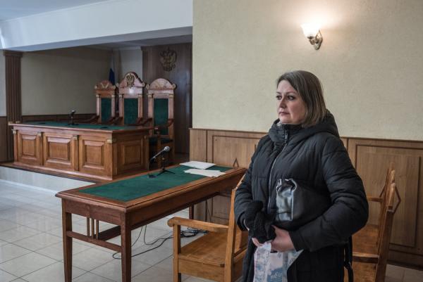 2月,丹麦耶和华见证人信徒丹尼斯·克里斯滕森的妻子伊丽娜·克里斯滕森离开在俄罗斯奥廖尔市的法庭。她的丈夫被判极端主义罪名成立。