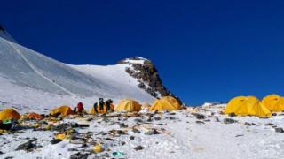 珠峰冰川正在融化,大量登山者的尸体重见天日