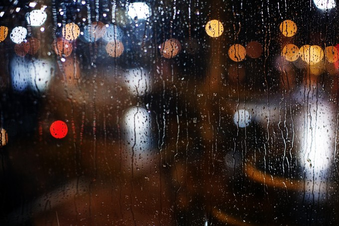 华灯初上,夜未央,雨渐起