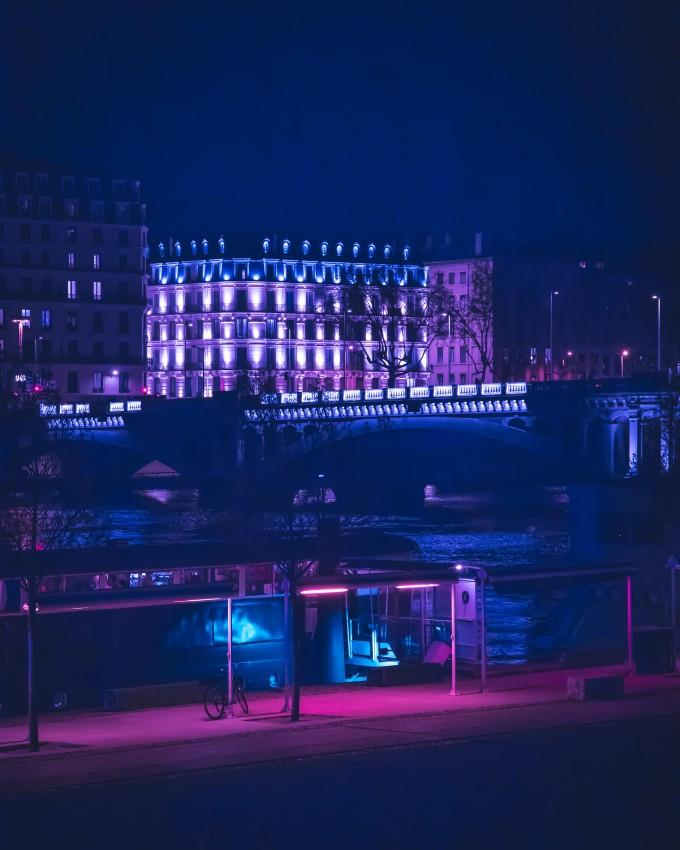 璀璨的夜晚霓虹灯效果摄影图片