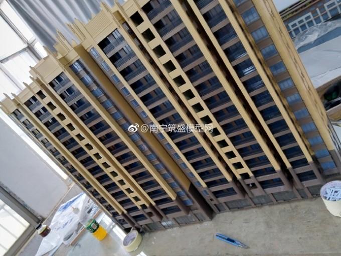 【艺雅】13栋楼都搭完了…另外的两栋栏杆装完!