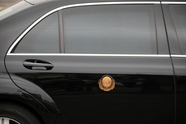 金正恩奔驰豪华轿车的局部,摄于俄罗斯符拉迪沃斯托克。这种轿车深受世界各国领导人的欢迎,每辆售价可达160万美元。