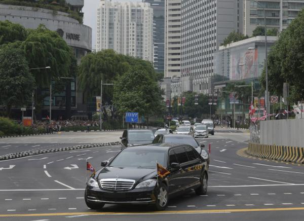2018年6月,金正恩和特朗普总统于新加坡举行峰会前,金正恩的车队中有一辆梅赛德斯,对朝制裁规定,这种车不被允许进口到朝鲜。