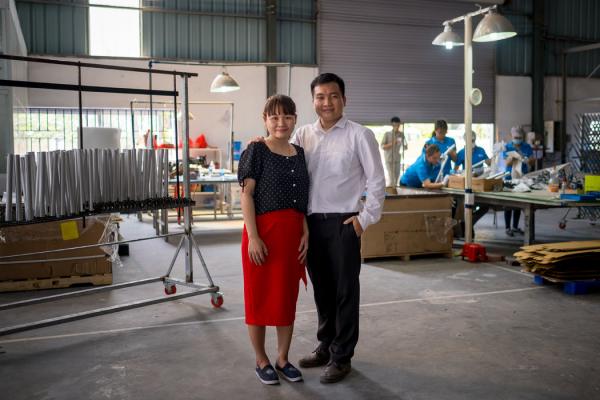 金属零件表面处理公司Anofa的董事阮氏惠和她的丈夫阮文焕。阮氏惠在当初启动Anofa的同时,还要兼顾另一家公司的日常工作。