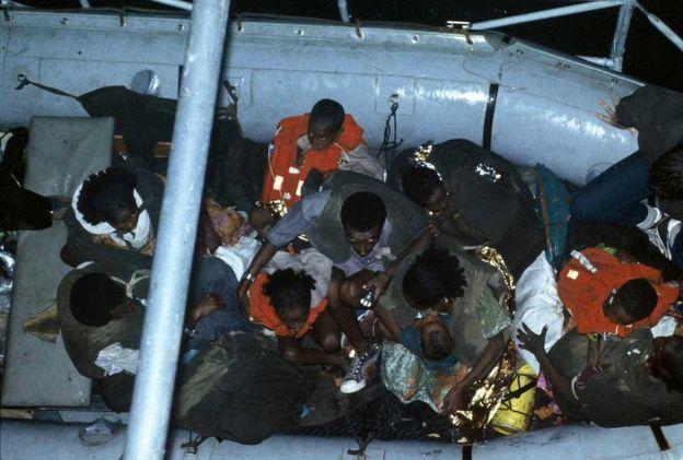 埃塞俄比亚犹太人被船从海滩运送到军舰上。
