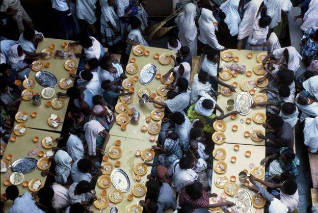 埃塞俄比亚难民在以色列军舰上就餐