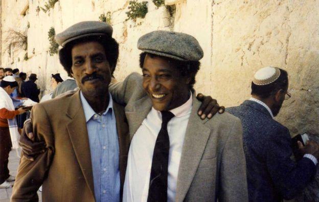 弗雷德·阿克伦姆(左)和埃塞俄比亚犹太人领袖巴鲁齐·特格涅(Baruch Tegegne)在耶路撒冷