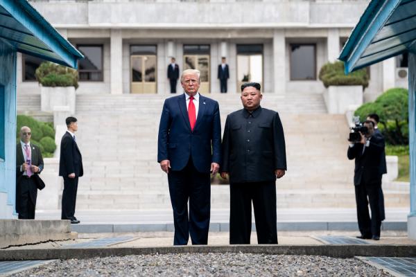 """今年6月,特朗普总统和朝鲜领导人金正恩在朝鲜和韩国之间的非军事区会面。金正恩称这是一个""""历史性的""""时刻。"""