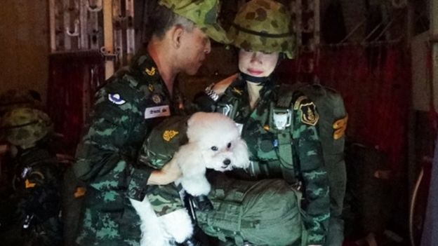 泰国国王玛哈·哇集拉隆功抱着小狗与贵妃诗妮娜在一起