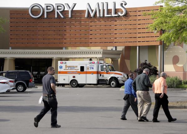 一辆救护车停在田纳西州一商场外(照片:美联社)