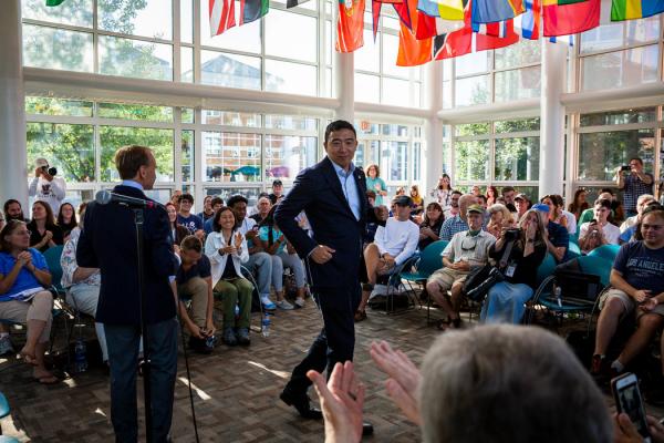 杨安泽在新罕布什尔州的活动上,支持者们说,他们认为他是一个聪明、务实、友善的政治局外人,为一个重大问题提供了经过深思熟虑的解决方案。