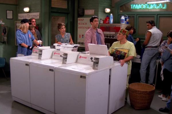 罗斯(中)遵守自助洗衣店的规则。