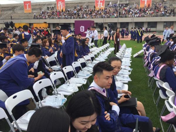 清华大学毕业典礼用中文举行,许多苏世民学者听不明白,三分之一的学生并没参加。