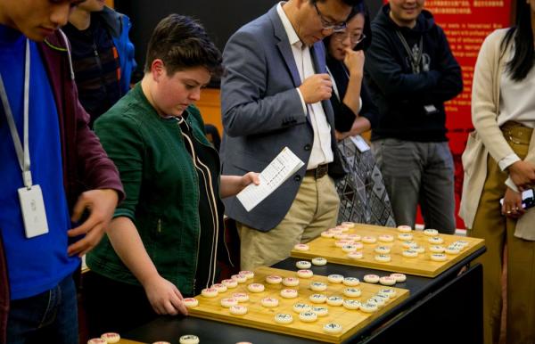 苏世民书院的学者学着下中国象棋。