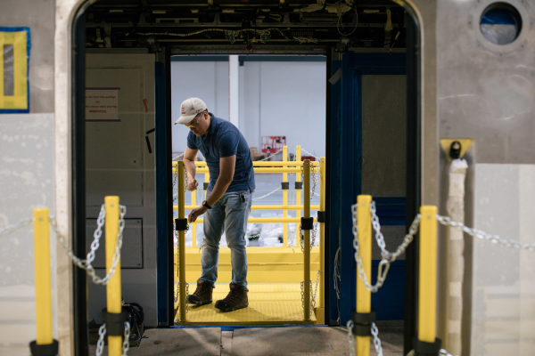 罗伯托·里奥在安装培训期间检查列车。