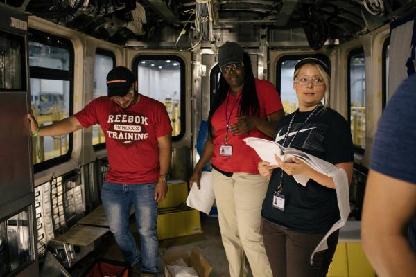 在芝加哥工厂的一次培训课上,从事组装工作的泰勒·德里奇(右)。该公司希望赢得为美国城市建造地铁列车和其他客运列车的合同。
