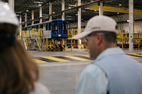 中国中车芝加哥工厂的生产经理布莱恩·巴斯克斯在带队参观工厂。这家中国国有企业拿到了为芝加哥L线生产846节车厢的合约。