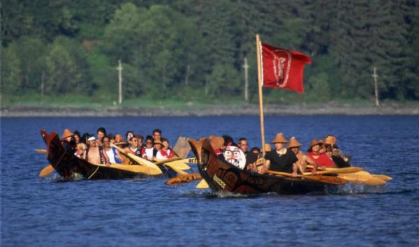两只独木舟参加在阿拉斯加州朱诺附近举办的原住民文化节(美联社图片)
