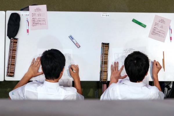 比赛中的一幕。直到20世纪70年代初,熟练掌握珠算还是日本各地小学生的一项教学内容。