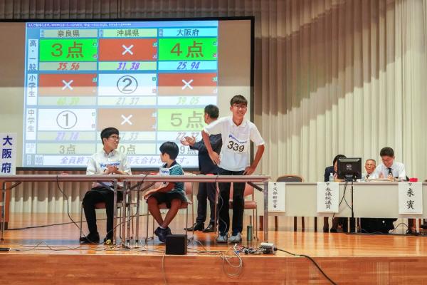 比赛中,来自大阪的一名选手在一场赛事中获得5分后鞠躬致谢。