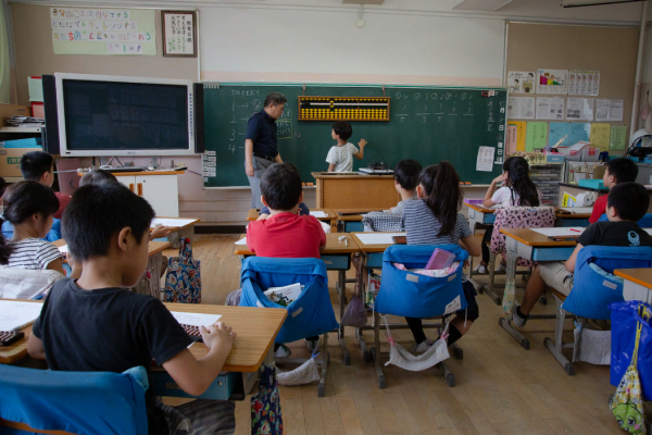 川口吉春(音)在东京一所公立学校教授一堂基础珠算课。