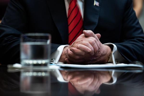 """特朗普总统称从政府各机构派往白宫的官员为""""奥巴马的人""""。"""