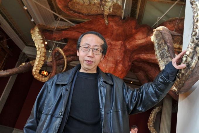 2010年,黄永砅和他的雕塑《乌贼》在摩纳哥海洋博物馆展出。他借用自然界的形象来评论人类事务。