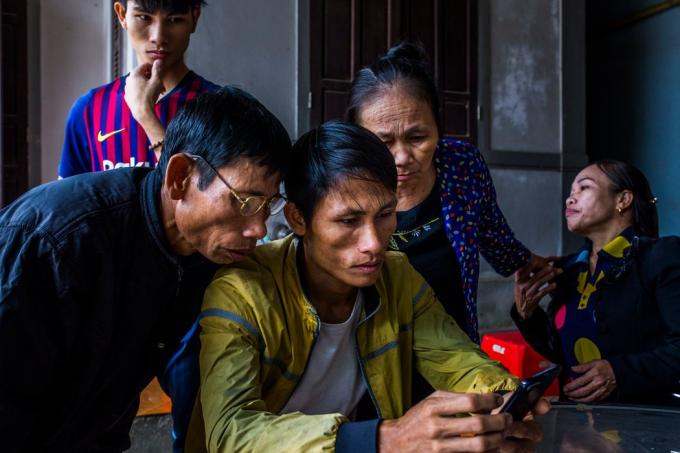 阮庭梁的父亲(左)及其他家庭成员。他的父亲说,他从亲戚那里借了1.8万美元,把阮庭梁送到了法国。