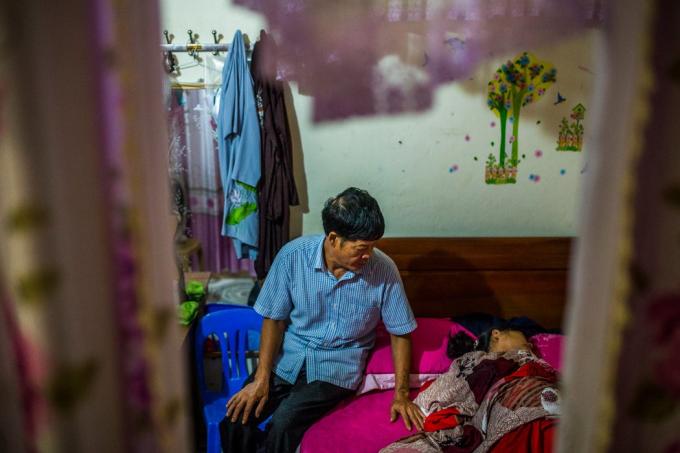 范文辰安慰躺在女儿床上哭泣的妻子阮氏芳。